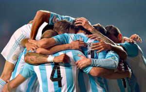 Los jugadores argentinos celebran un gol.