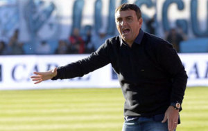 Diego Osella, entrenador de Newell's Old Boys, gesticula en el...