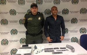 Diego Le�n Osorio, de camisa, tras ser detenido en Colombia.