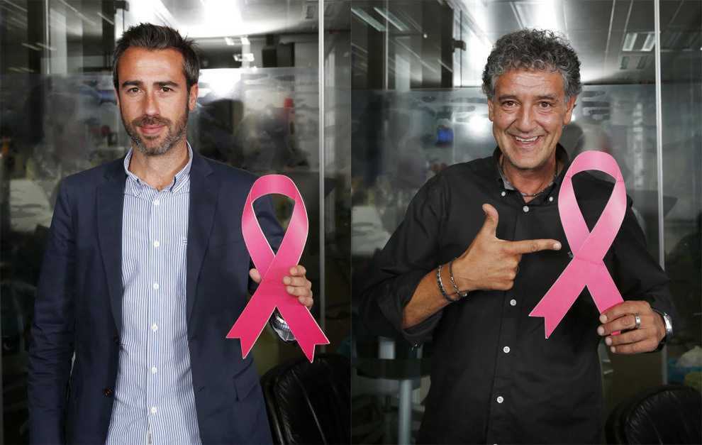 Jorge Vilda y Rafa Guerrero posan con el lazo rosa