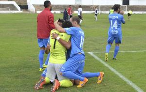 Los jugadores del Formentera celebran el pase de ronda.