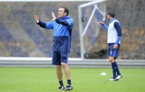 Eusebio Sacrist�n durante un entrenamiento al frente de la Real...
