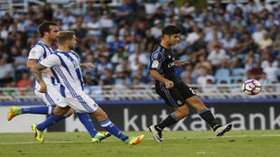 Asensio golpea el balón en su gol en Anoeta.
