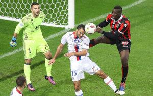 Balotelli salta por detr�s de Morel.