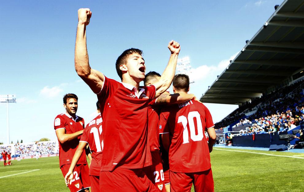 Vietto celebra el gol de Nasri tras asistencia suya.