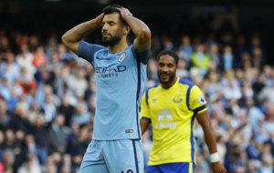 Ag�ero se lamenta de su penalti fallado ante el Everton.