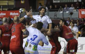 Juan�n Garc�a intenta lanzar por encima de la defensa del Huesca.