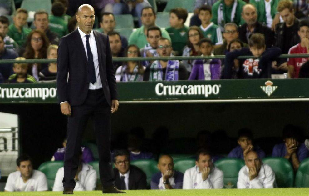 Zidane durante el partido ante el Betis en el Villamarín