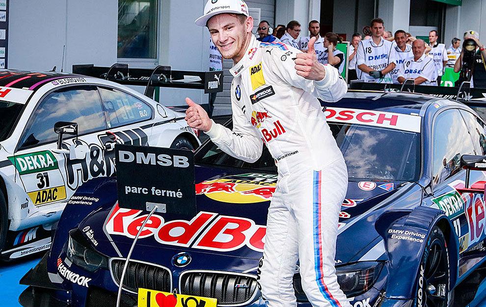 Wittmann celebra una victoria delante de su BMW M4.