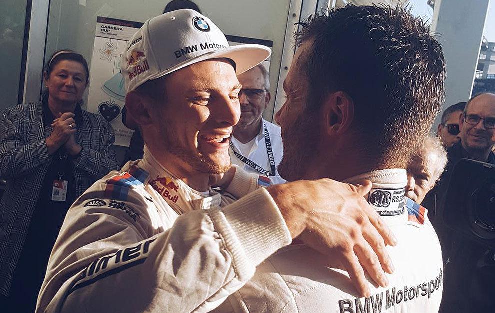 Wittmann y Martin Tomczyk se dan un abrazo tras la última carrera del...