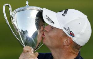 Alex Noren besa el trofeo de ganador del British Masters.