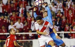 Aitor Fern�ndez atrapa el bal�n ante el rayista �lex Moreno