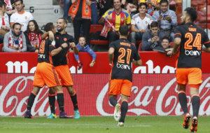 Mario Su�rez celebra uno de los dos goles que ha marcado en El...