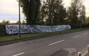 Pancarta contra Icardi en los aleda�os de su casa.