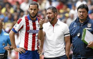 Mario Su�rez junto al Cholo Simeone durante su ultima temporada como...