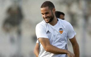 Mario Su�rez en una entrenamiento del Valencia.
