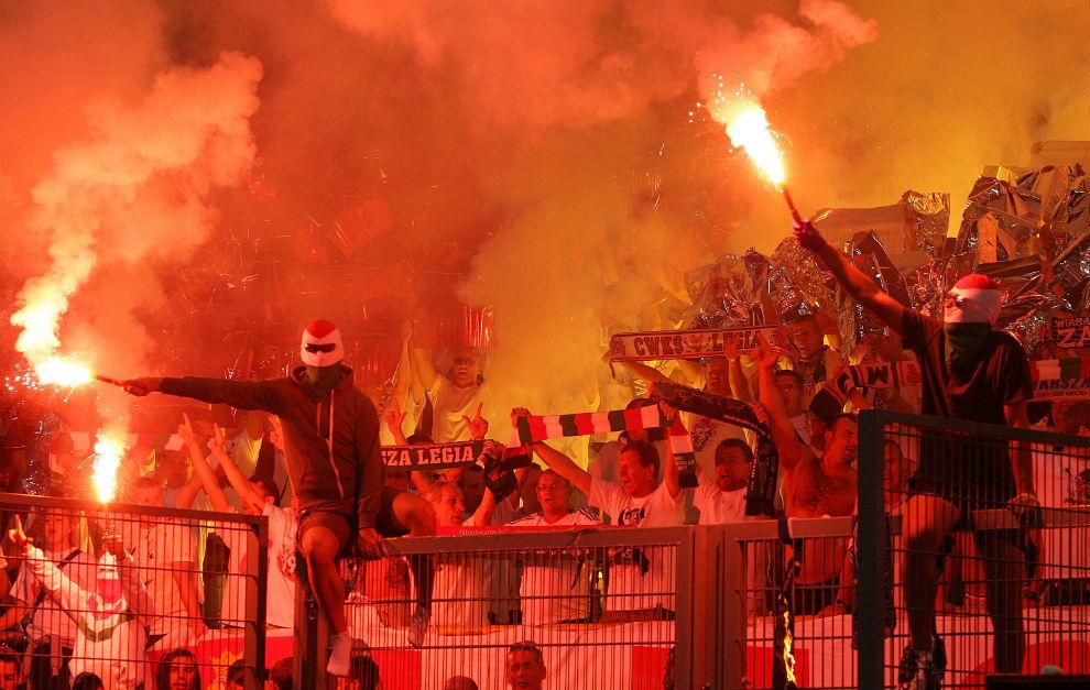 Ultras del Legia encienden bengalas en un partido de Europa League