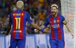 Neymar celebra un gol con Messi