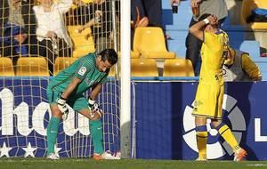David Rodríguez se lamenta ante Casto de una ocasión fallada el...