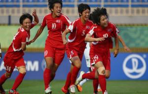 Las jugadoras de Corea del Norte celebran la victoria que les da el...