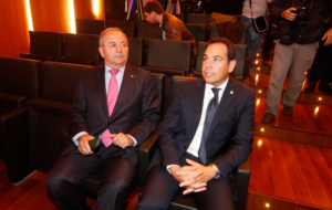 Pedro Posada (izquierda) durante la presentaci�n de un video...