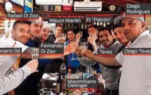 En la imagen se aprecia a Carlos T�vez con los...