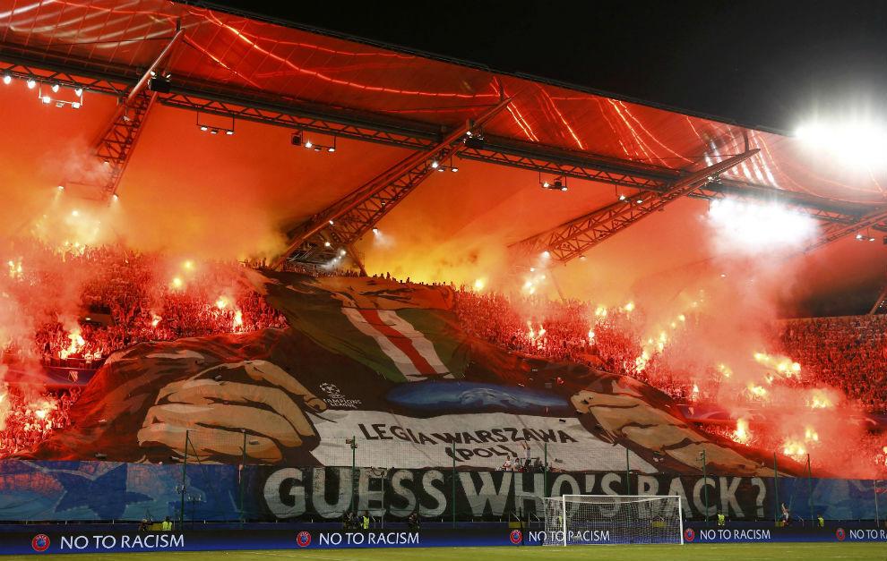Fondo ocupado por los ultras del Legia en su estadio.