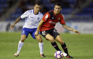 Vitolo disputando el bal�n a Moutinho en un partido de la presente...