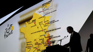 El director del Tour, Christian Prudhomme, explicó el recorrido de...