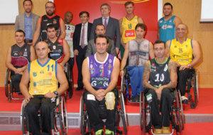 Representantes de los once equipos posan en al presentación de la...