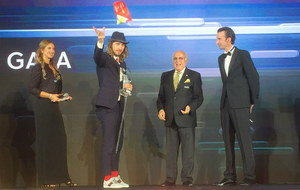 Peter Sagan agradece el premio en presencia del directivo de la UCI...