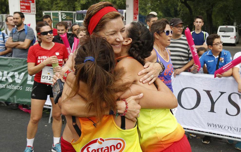 Natacha se abraza a sus hermanas tras disputar La Carrera de la Mujer