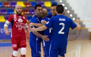 Los jugadores del Valdepe�as celebran un gol.