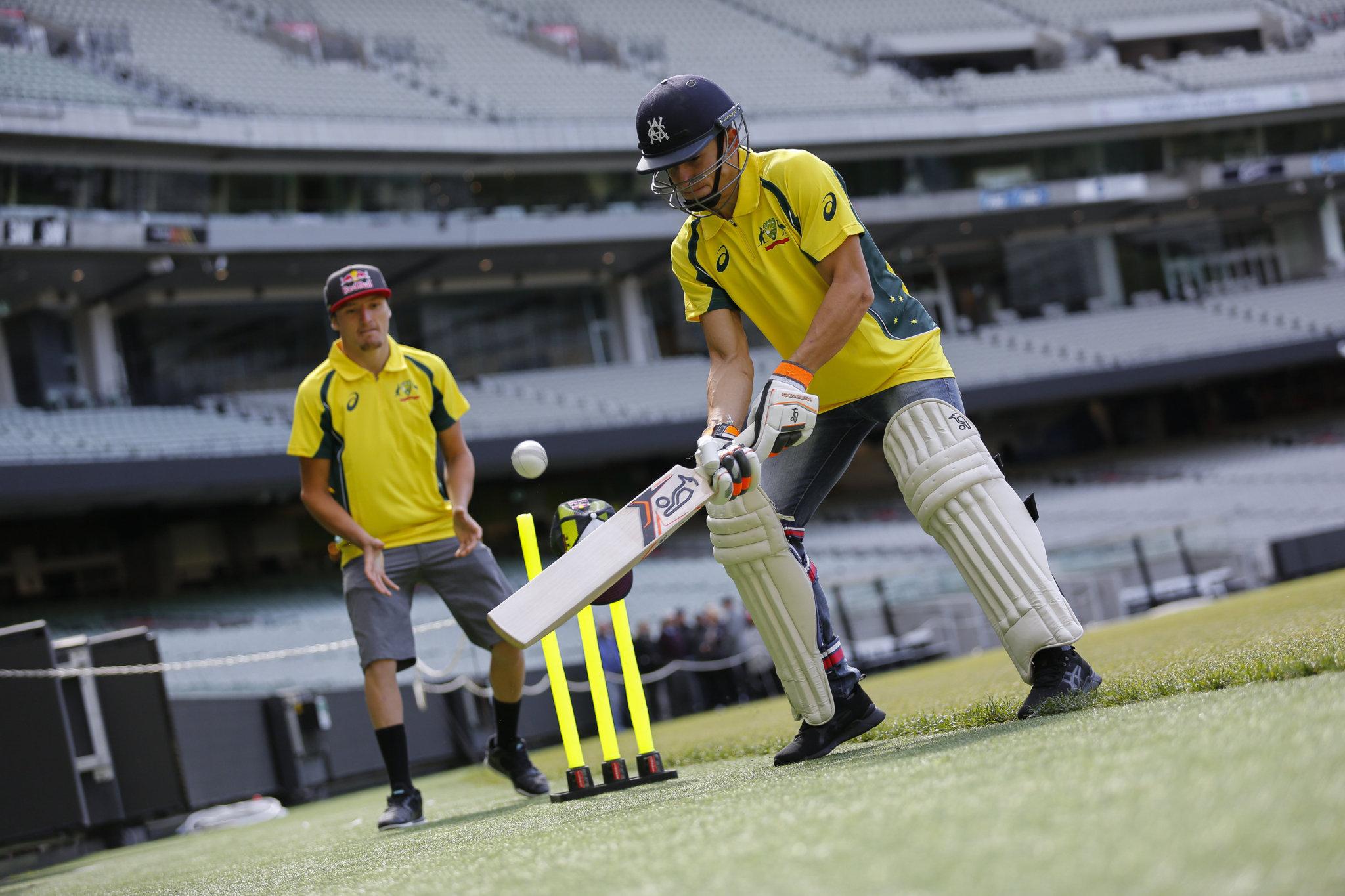 Márquez batea una bola de cricket con Jack Miller detrás.