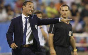 Jos� Luis Oltra dando �rdenes durante un partido