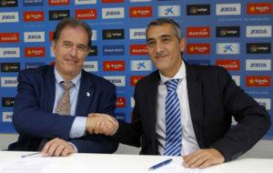 El alcalde de Sant Adri� sella el acuerdo con el consejero delegado...
