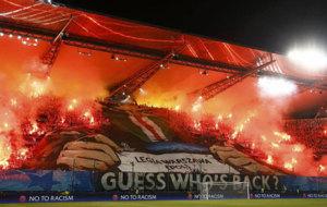 Numerosas bengalas en el estadio del Legia antes del comienzo del...