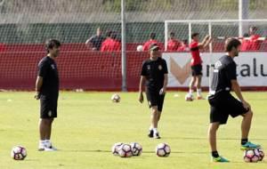 Bruzon observa el entrenamiento junto a Fernando V�zquez y Jaume Moll
