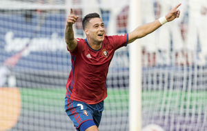 Sergio Le�n celebra un gol con Osasuna.