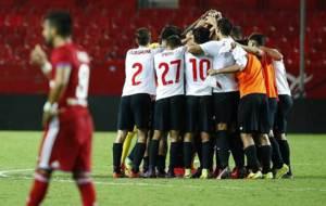 Los jugadores del filial sevillista celebran su remontada al Zaragoza