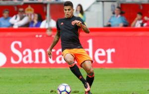 Joao Cancelo controla el bal�n durante el partido ante el Sporting