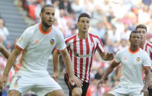 Aduriz entre Mario Su�rez y Nani en el �ltimo Athletic-Valencia.