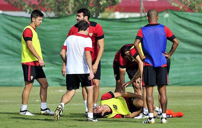 Carlos Fernández se duele de la rodilla en el momento de su lesión.