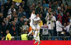 Morata y Lucas se abrazan tras marcar al Legia.
