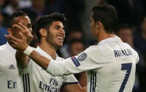 Asensio es felicitado por Cristiano tras su gol al Legia