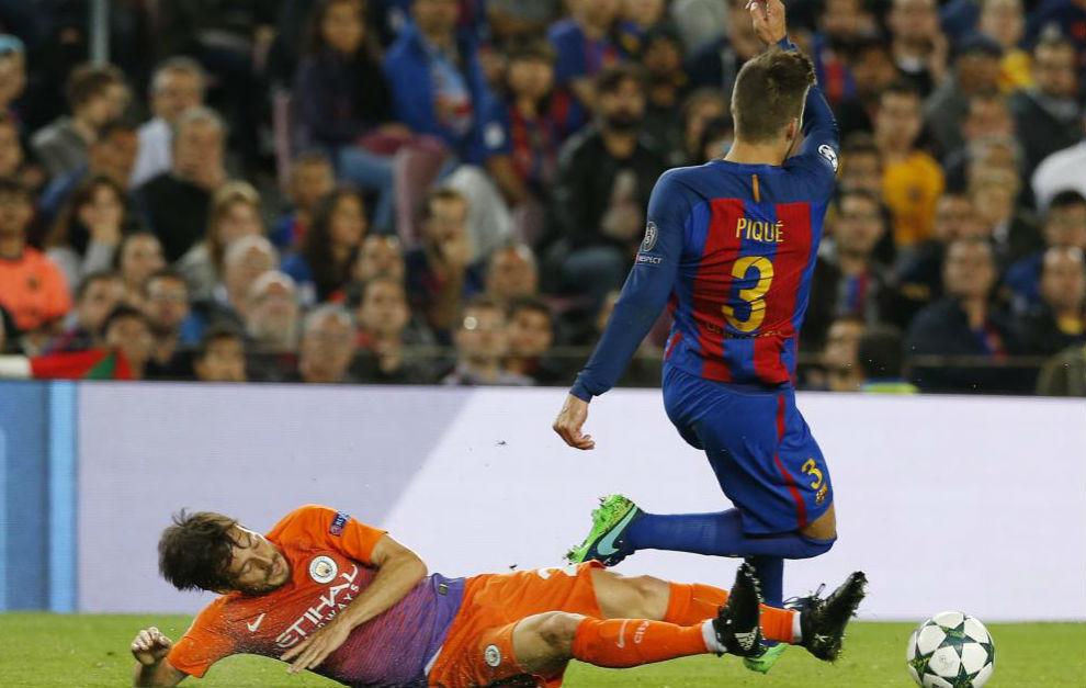 Silva pugna por un balón con Gerard Piqué en una acción en la que...