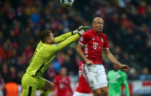 Momento en el que Robben le gana en el salto a Zoet y anota su gol.