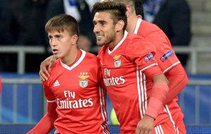 Cervi y Salvio celebran un gol con el Benfica.