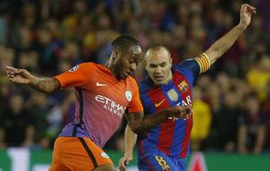 Sterling e Iniesta, en una acci�n del encuentro en el Camp Nou.