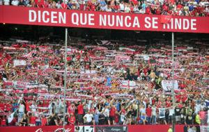 La afici�n del Sevilla anima a su equipo antes de un partido.